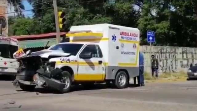 Muere mujer en choque entre ambulancia y camión en Oaxaca