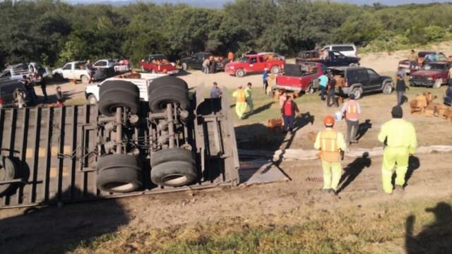 Tráiler de cerveza vuelca en carretera de Tamaulipas; varias personas cometen rapiña