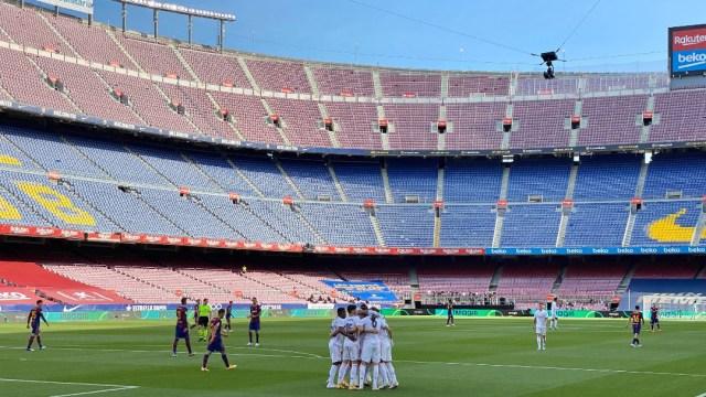 'El Clásico' entre el Barcelona y el Real Madrid se juega con un inusual silencio