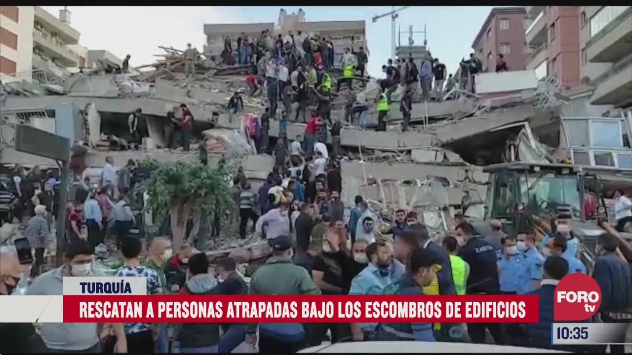 rescatan a tres personas bajo los escombros tras sismo en turquia