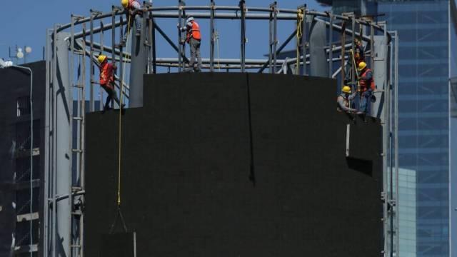Trabajadores del Gobierno de la CDMX retiraron un espectacular en la Glorieta de Insurgentes que no cumplía con la ley