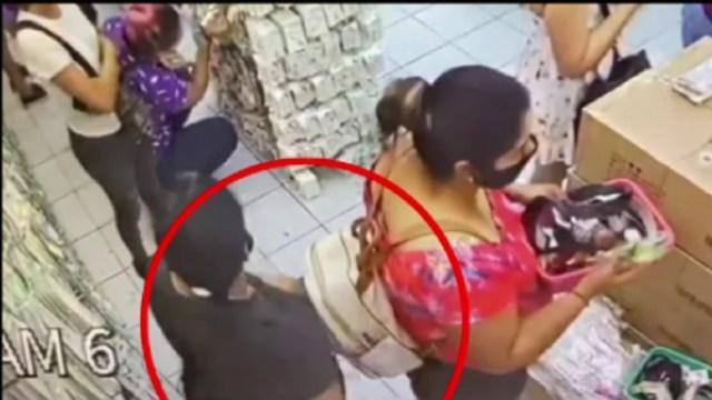 Captan-a-dos-mujeres-robando-celular-dentro-de-negocio