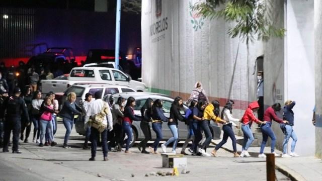 Suman 147 detenidos por toma de casetas en Morelos; familiares protestan y enfrentan con policías
