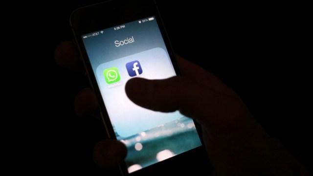 Teléfono celular con logotipo de Facebook