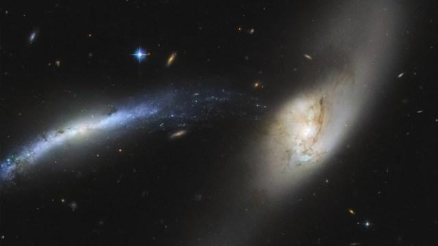 El telescopio Hubble capturó una imagen en la que la galaxia NGC 2799 aparentemente está siendo empujada hacia el centro de NGC 2798