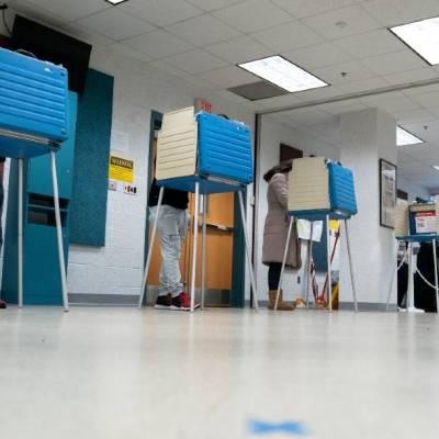 Ciudadanos emiten su sufragio en Virginia, donde este 31 de octubre se cierran las urnas de voto anticipado