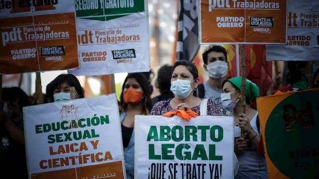 La legalización del aborto goza de un amplio apoyo popular, pero choca por la mayoría católica de Argentina