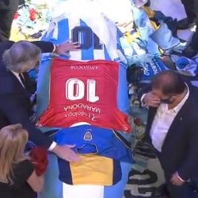El presidente de Argentina, Alberto Fernández, asiste al funeral de Diego Maradona que se realiza en la Casa Rosada. (Foto: Twitter)
