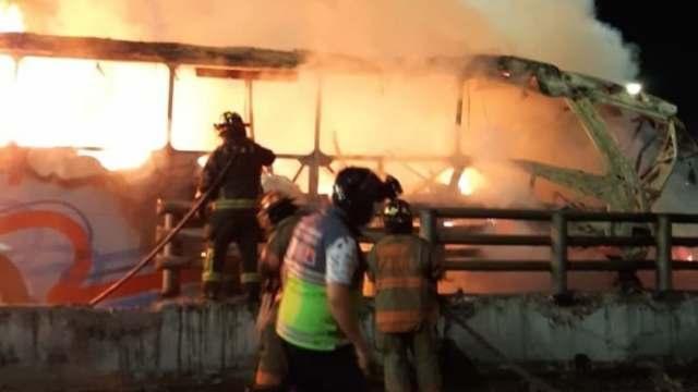 Autobús se incendia al chocar contra un muro en la México-Pachuca