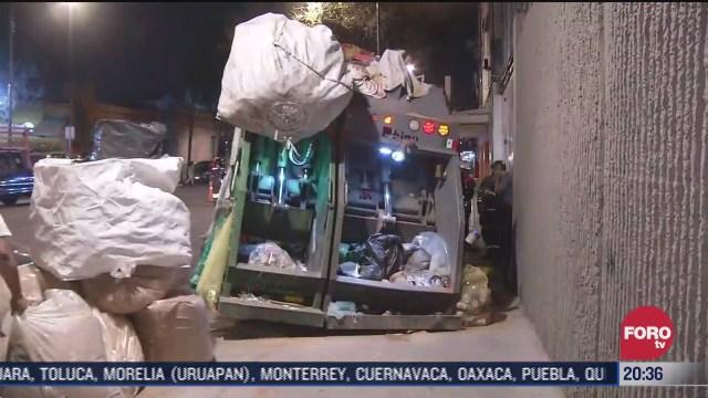 camion recolector de basura cae en socavon en la colonia doctores