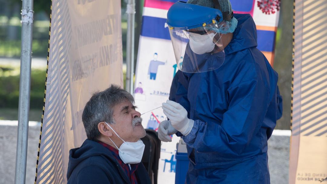Una persona se realiza la prueba PCR para la detección de COVID-19