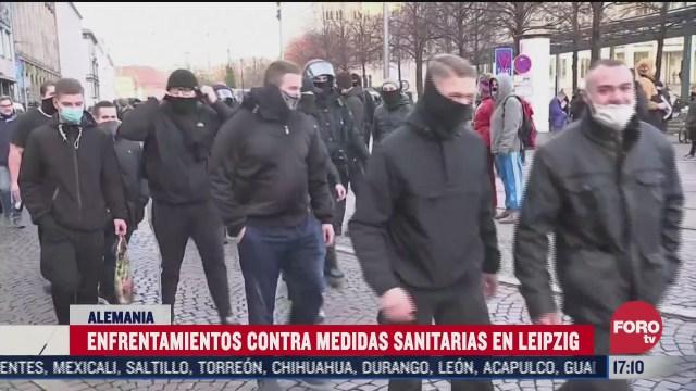 chocan manifestantes en alemania por medidas contra covid