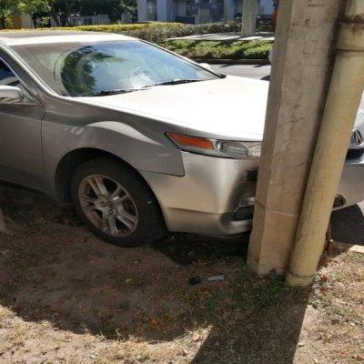 Choque y volcadura deja dos personas lesionadas en Guadalajara