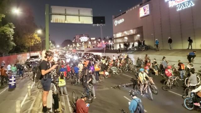 Ciclistas de la CDMX toman el Viaducto en protesta de la muerte de dos compañeros