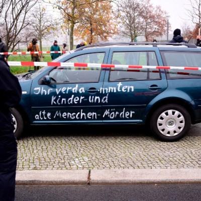Coche con pintas antiglobalización se estrella contra zona de Cancillería en Berlín