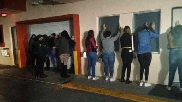 Detienen a 35 personas por realizar fiesta en motel de Ciudad Juárez