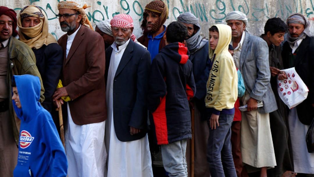 Gente en Yemen en espera de alimentos