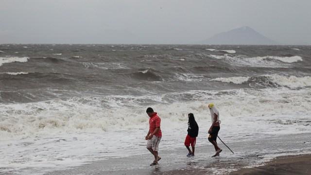 Iota se debilita a una depresión tropical sobre El Salvador.