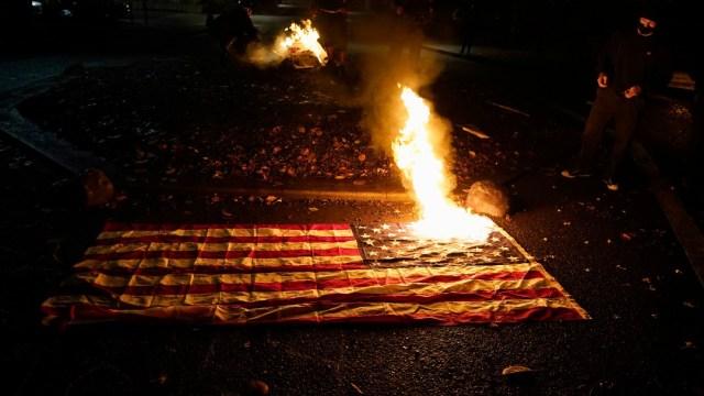 Manifestantes queman banderas de Estados Unidos