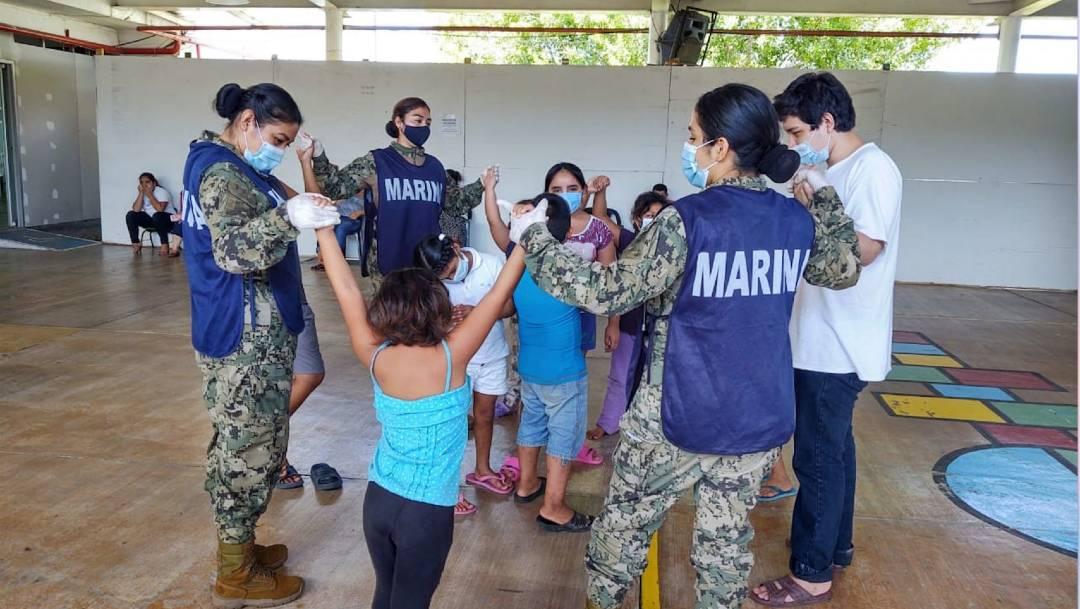 Elementos de la Marina auxilian a la población damnificada en Tabasco por las inundaciones