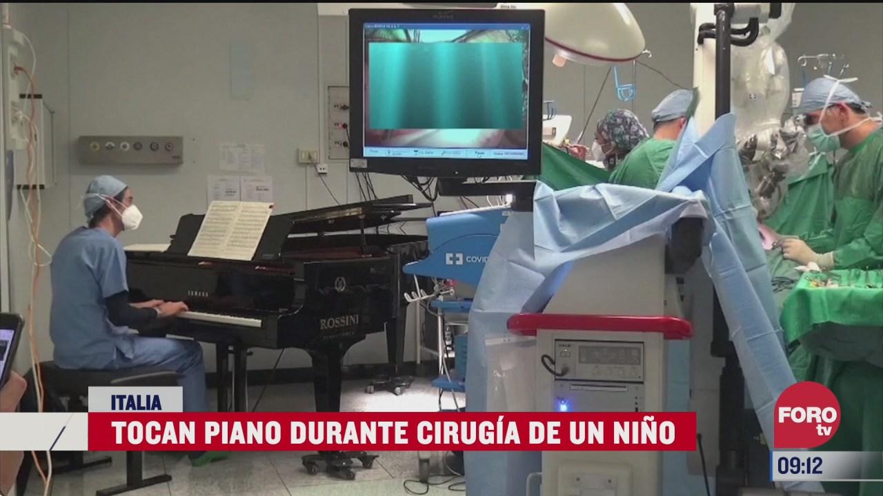 medico toca el piano en plena cirugia de un nino