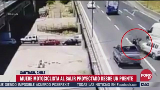 muere motociclista al salir proyectado de un puente