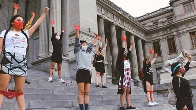 La polémica resolución provocó protestas de mujeres con ropa interior roja