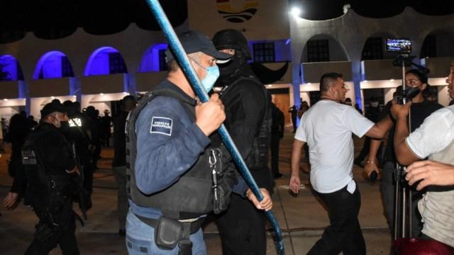 Policías reprimen manifestación en Cancún