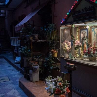 Un altar de la Virgen de Guadalupe en una vecindad de la CDMX