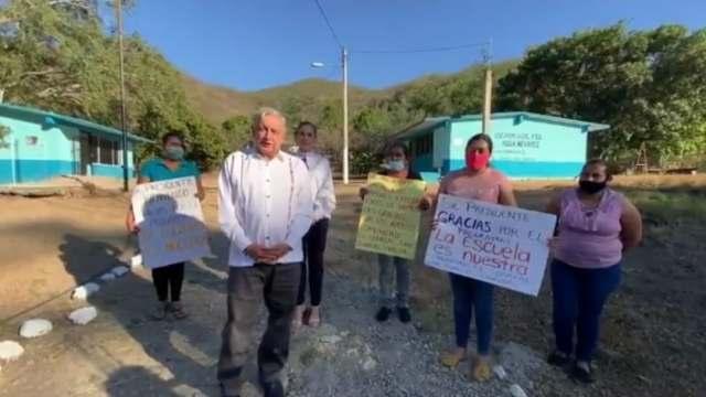 AMLO saluda a madres de familia en Sinaloa