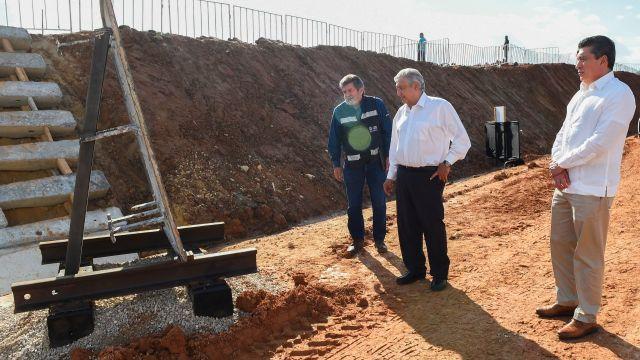 El presidente Andrés Manuel López Obrador, supervisa las obras del Tren Maya.