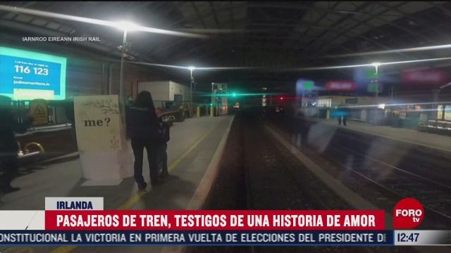 joven le pide matrimonio a su novia en estacion de tren en irlanda