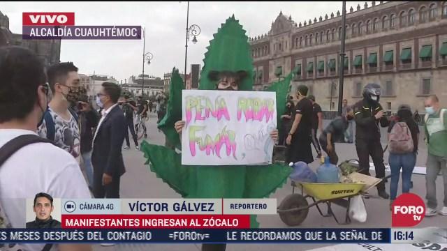 manifestantes ingresan a la plancha del zocalo para protestar por la legalizacion de la marihuana