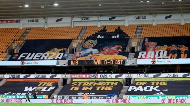 Exhiben enorme pancarta de Raúl Jiménez en el Molineux Stadium