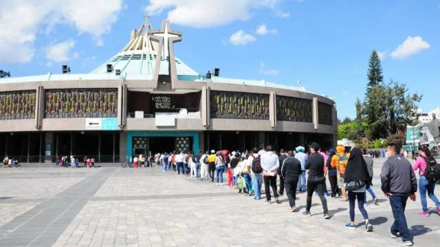 Peregrinos se enfrentan a personal de Protección Civil en la Basílica