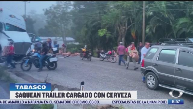 rapina en tabasco tras volcadura de trailer con cervezas