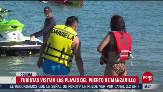 turistas visitan playas de manzanillo colima