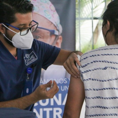 Una persona se aplica la vacuna contra la COVID-19