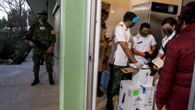 Vacunación contra COVID-19 de médicos inicia en Saltillo, Coahuila