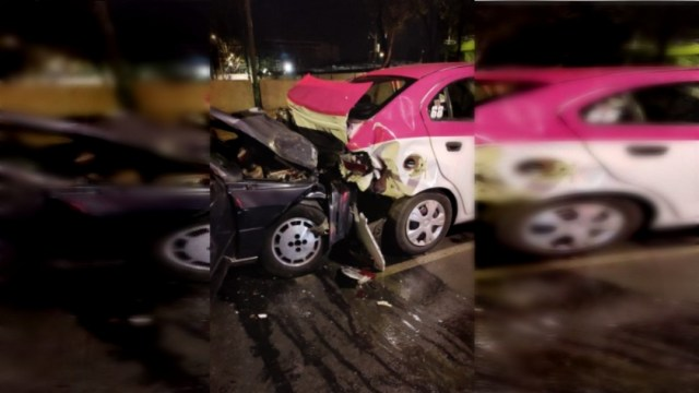 Un auto compacto que circulaba sobre Calzada de Tlalpan chocó con la parte trasera de un taxi