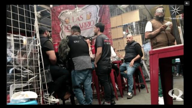 Ante la falta de bares, vecinos de Tepito organizan fiestas en las chelerías del barrio.