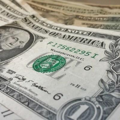Dólar cierra a 19.73 con un peso que cae desde su mejor nivel en casi 11 meses