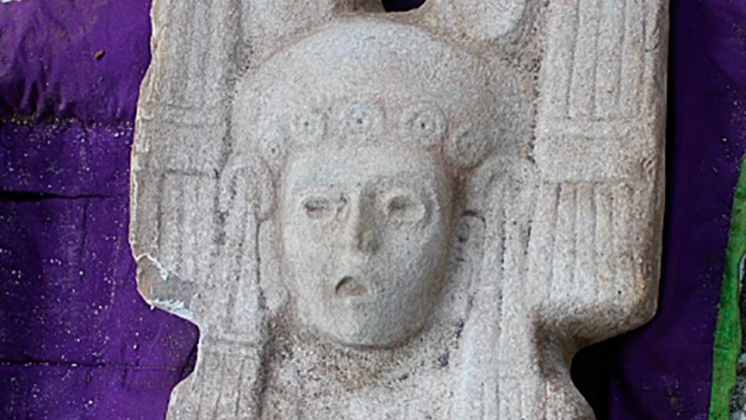 La escultura representa a una joven mujer de élite, posiblemente gobernante