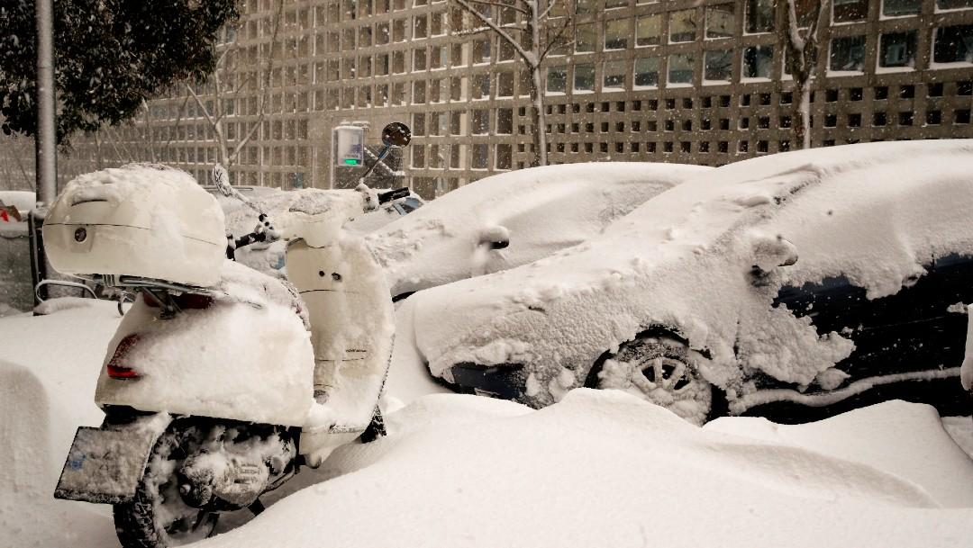 Madrid amanece sin autobuses, con cortes en Metro y sin vuelos por gran nevada