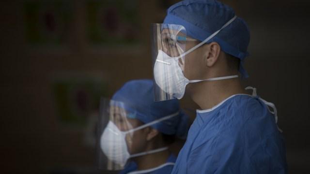 Fotografía de médicos y enfermeras que trabajan en la primera línea de atención a pacientes COVID-19
