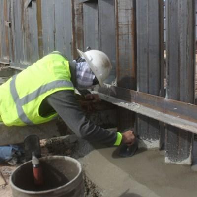 Trabajadores realizando obras al muro en la frontera México-EEUU