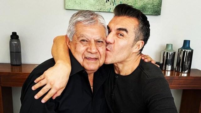 Padre de Adrián Uribe muere por COVID-19, confirma en conmovedor video