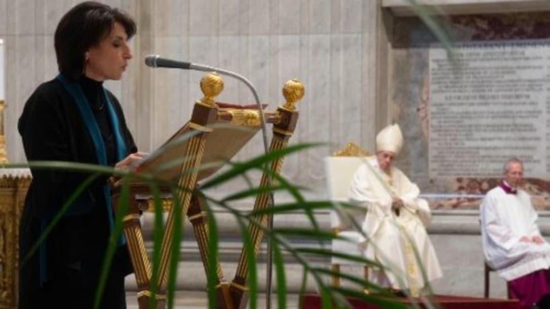 Papa Francisco aprueba que mujeres den comunión y lean la Biblia durante misas