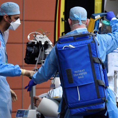 Personal sanitario traslada a paciente con COVID-19 en Londres