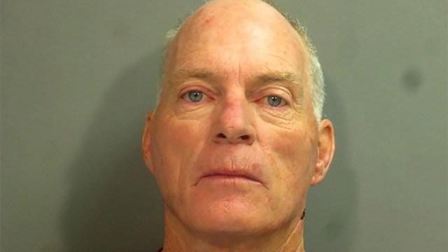 Richard Barnett fue uno de los detenidos por participar en el asalto al Congreso se fotografió en la oficina de Nancy Pelosi Richard Barnett.